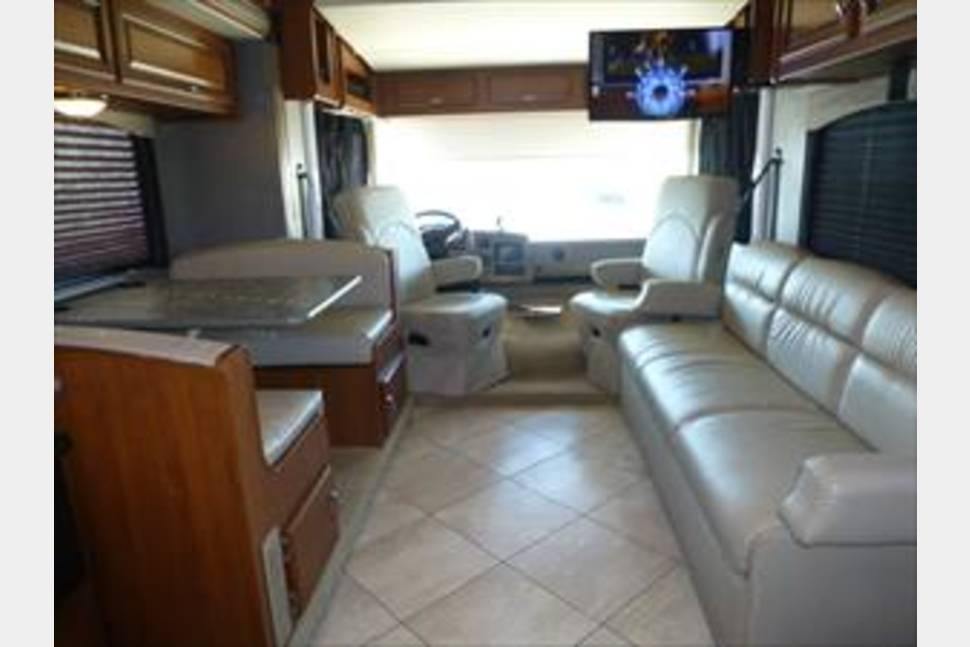 2015 Fleetwood Storm - Beautiful Class A that sleeps up to 10!