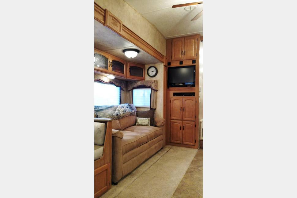 2007 Keystone Montana - By Delivery: Luxury Guest House on Wheels