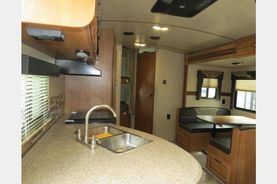 2016 Crossroads Sunset Trail Superlite 270BH - Your Home Away from Home! Stress free and affordable camper for rent!
