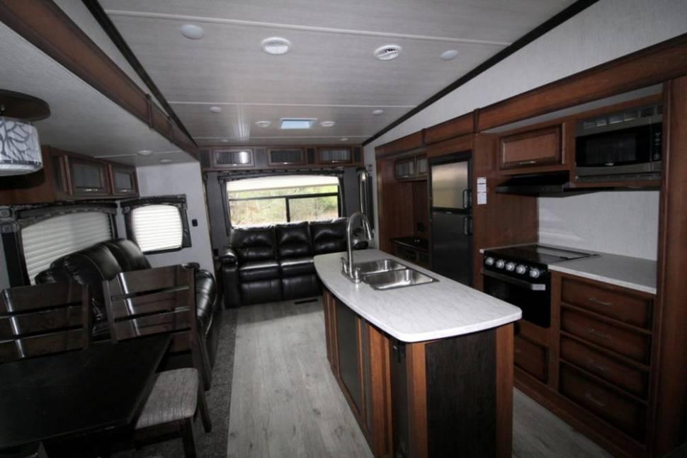 2018 Heartland Pioneer - 40' Luxury Heartland Pioneer Mid-Bunkhouse