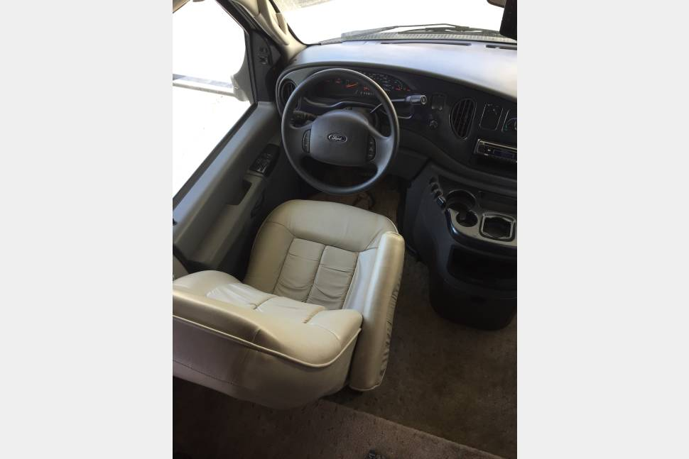 2004 Fleetwood Tioga - Clean and freebies Galore, who could ask for more?? Unique and comparable in price to the bare ones, but much more comfort for your money!