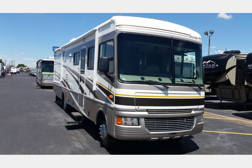 2005 Fleatwood Bounder 32w - The perfect vacation machine for you and your family