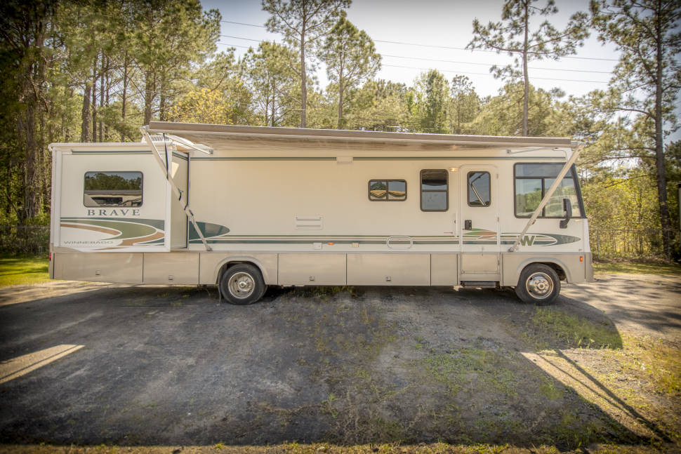 2001 Winnebago Brave RV10 - Beautiful Affordable Family RV