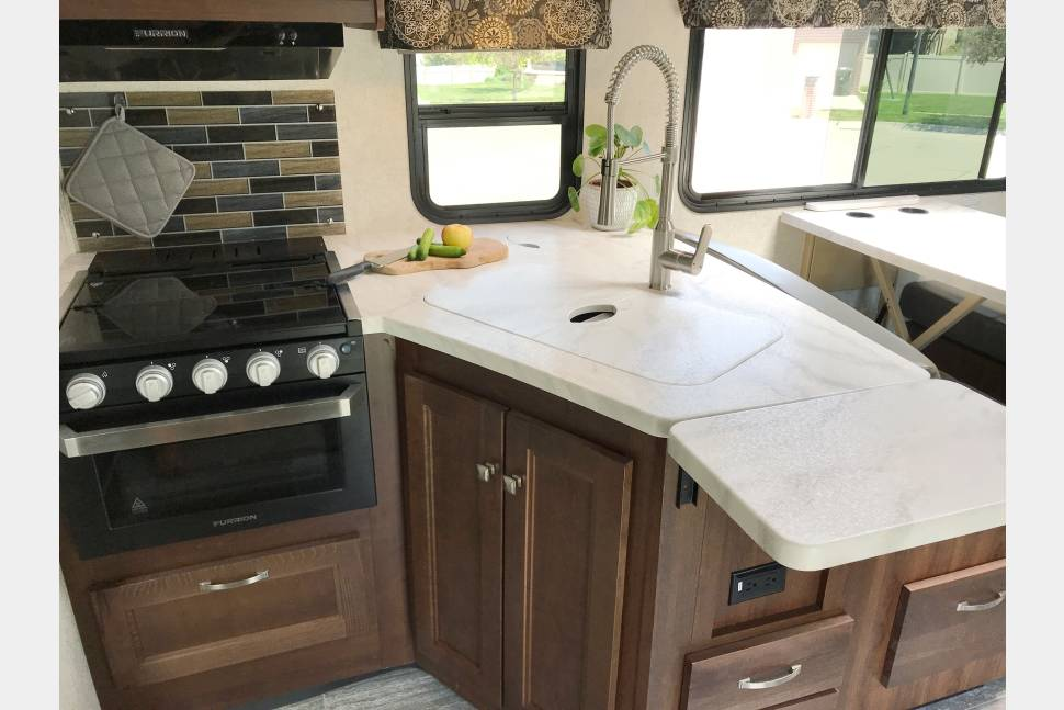 2019 Forest River Sunseeker 3270DSF Bunkhouse - SNAZZY AND MODERN! 2019 Light-filled Motorhome with Bunks