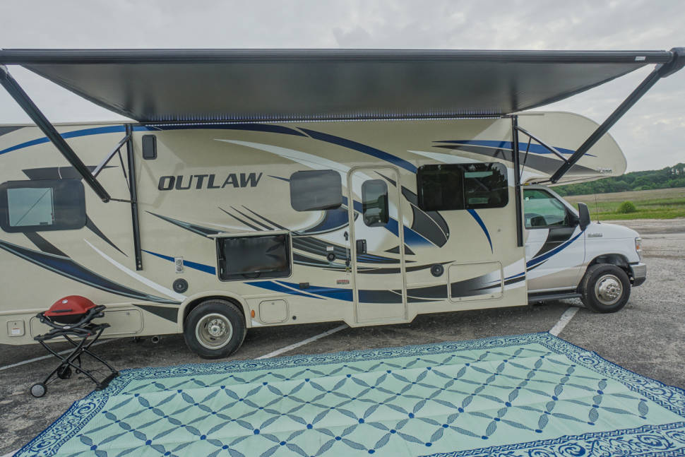 2018 Thor Outlaw Class C - NEW 2018 Class C Sleeps 6 with Built in Garage for Toys